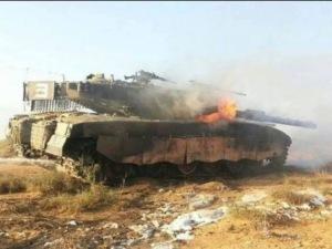 Char Merkava IV israélien en feu après avoir été touché par un missile antichar Kornet de fabrication russe, lancée par la résistance palestinienne.