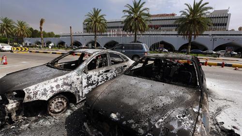 Voitures brûlées devant l'aéroport de Tripoli, hier