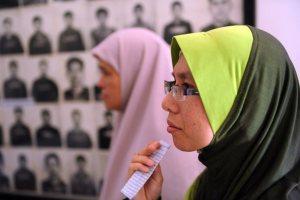 148034_des-cambodgiennes-musulmanes-regardent-des-photos-des-victimes-des-khmer-rouges-au-musee-du-genocide-de-phnom-penh-le-31-mai-2011