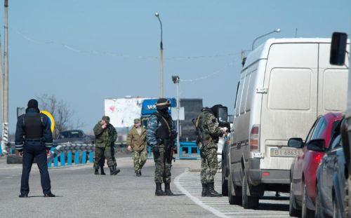 arusses-font-des-controles-de-vehicules-dans-le-district-de-henichesk-sur-la-route-de-tch
