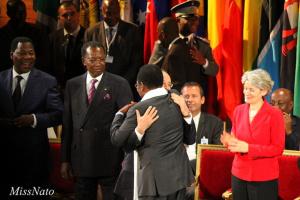 François Hollande reçoit en 2013 le prix de l'Otan pour la recherche de la paix. Source: MissNato