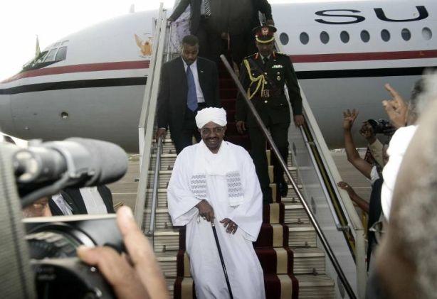 784401-le-president-soudanais-omar-el-bechir-arrive-a-karthoum-le-15-juin-2015-venant-de-johannesbourg