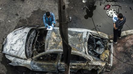 des-detectives-examinent-le-site-ou-une-bombe-a-explose-au-passage-du-convoi-du-procureur-general-hicham-barakat-le-29-juin-2015-au-caire_5367639
