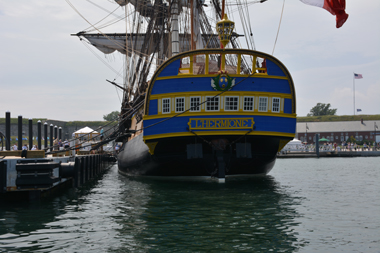 L'Hermione à Newport. En arrière-plan, on aperçoit Fort Adams (photo Dahmane Soudani)
